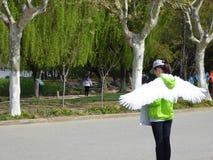 Vrouw greeter bij eeuwpark Stock Foto's