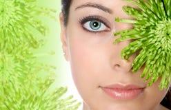 Vrouw in groen kuuroord stock afbeelding