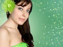 Vrouw in groen kuuroord Stock Foto
