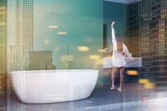Vrouw in groene badkamers binnenlandse, witte ton royalty-vrije stock afbeeldingen