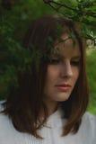 Vrouw in groene bladeren Stock Afbeeldingen
