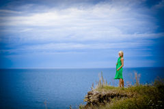 Vrouw in groene kleding en overzees Stock Fotografie