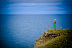 Vrouw in groene kleding en overzees Royalty-vrije Stock Foto
