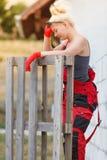 Vrouw in grove calico's die aan bouwwerf werken stock foto's