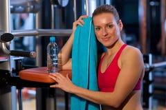 Vrouw in gymnastiek Stock Afbeelding