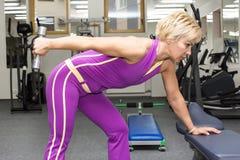 Vrouw in gymnastiek Royalty-vrije Stock Foto's
