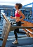 Vrouw in gymnastiek die op spoor loopt royalty-vrije stock foto's