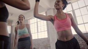 Vrouw in gymnastiek na succesvolle opleidingssessie stock videobeelden