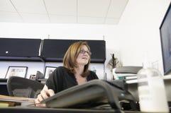 Vrouw in haar bureau Royalty-vrije Stock Foto