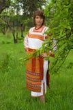 Vrouw in haar tuin vnatsionalnom kostuum Stock Afbeelding