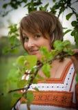 Vrouw in haar tuin vnatsionalnom kostuum Royalty-vrije Stock Foto