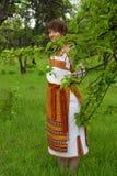 Vrouw in haar tuin vnatsionalnom kostuum Royalty-vrije Stock Afbeelding
