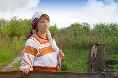 Vrouw in haar tuin vnatsionalnom kostuum Royalty-vrije Stock Afbeeldingen