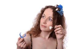 Vrouw in haarrollen Stock Foto