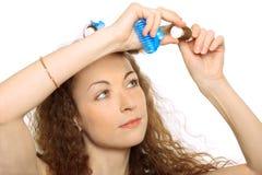 Vrouw in haarrollen Stock Afbeelding