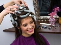 Vrouw in haarsalon stock afbeelding