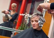 Vrouw in haarsalon stock foto