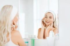 Vrouw in hairband wat betreft haar gezicht bij badkamers royalty-vrije stock foto