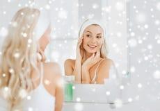 Vrouw in hairband wat betreft haar gezicht bij badkamers royalty-vrije stock afbeeldingen