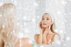 Vrouw in hairband wat betreft haar gezicht bij badkamers royalty-vrije stock foto's
