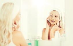Vrouw in hairband wat betreft haar gezicht bij badkamers royalty-vrije stock fotografie