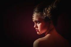 Vrouw in Halloween-make-up met kapsel in vorm van hoornen, Duivelskoningin royalty-vrije stock foto