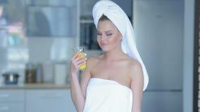 Vrouw in handdoek het drinken sap Royalty-vrije Stock Afbeeldingen