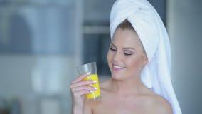 Vrouw in handdoek het drinken sap Stock Foto