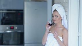 Vrouw in handdoek het drinken wijn Stock Afbeeldingen