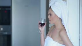 Vrouw in handdoek het drinken wijn Royalty-vrije Stock Foto