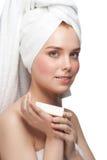 Vrouw in handdoek met zeep stock fotografie
