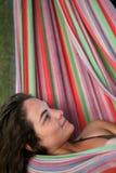 Vrouw in hangmat stock afbeeldingen
