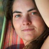 Vrouw in hangmat stock foto's