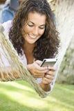 Vrouw in hangmat. Stock Foto
