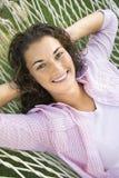 Vrouw in hangmat. Stock Afbeeldingen