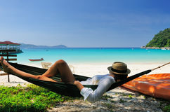Vrouw in hangmat op strand royalty-vrije stock fotografie