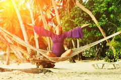 Vrouw in hangmat op strand Royalty-vrije Stock Foto's
