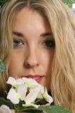 Vrouw headshot met bloem upclose Stock Foto