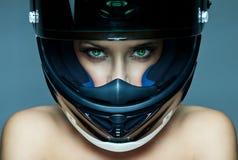 Vrouw in helm stock afbeelding