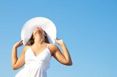 Vrouw in hemel met hoed Stock Afbeeldingen