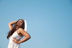 Vrouw in hemel met hoed Stock Fotografie