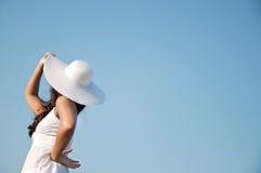 Vrouw in hemel met hoed Stock Foto's
