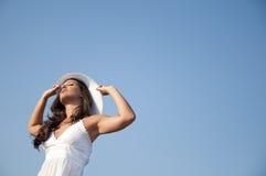 Vrouw in hemel met hoed Royalty-vrije Stock Foto
