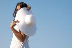 Vrouw in hemel met hoed Royalty-vrije Stock Afbeelding