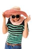 Vrouw het aanpassen zonhoed Stock Afbeeldingen