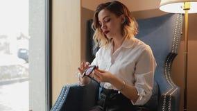 Vrouw het afvegen oogglazenoppervlakte met zachte doek, die microfiber stof gebruiken stock footage