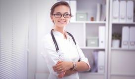 Vrouw het artsen standingat ziekenhuis Royalty-vrije Stock Foto