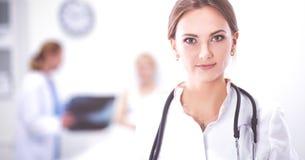 Vrouw het artsen standingat ziekenhuis Stock Afbeelding