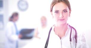 Vrouw het artsen standingat ziekenhuis Royalty-vrije Stock Afbeeldingen