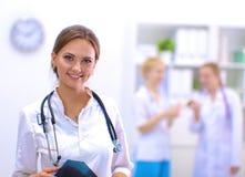 Vrouw het artsen standingat ziekenhuis Royalty-vrije Stock Fotografie